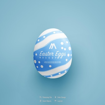 Easter egg mockup ontwerp geïsoleerd op blauwe kleur achtergrond