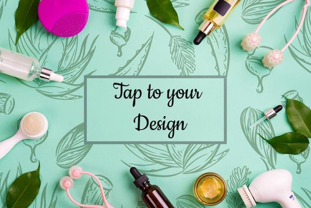 Een frame met accessoires voor gezichtsverzorging en groene bladeren. reinig de huid met een andere borstel, fles met olie, zuur en room en op een groene tafel