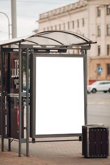 Een groot reclamebord met interessante informatie en reclame erop geïnstalleerd langs een brede straat in het stadscentrum