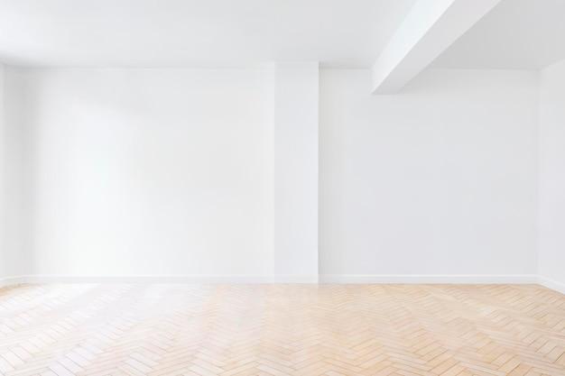 Een lichte vergaderruimte met twee whiteboards en een televisie.