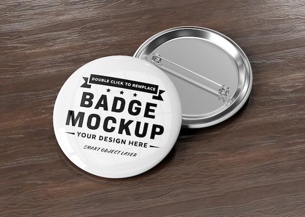 Een mockup van een badge op houten oppervlak