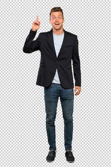 Een portret van een blonde knappe man die probeert de oplossing te realiseren terwijl hij een vinger opheft