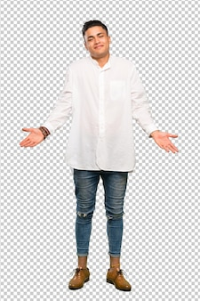 Een volledige lengte shot van een jonge man die lacht