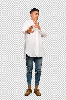 Een volledige lengte shot van een jonge man nerveus handen naar voren strekken