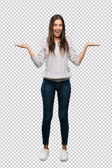 Een volledige lengte shot van een jonge spaanse brunette vrouw met geschokt gelaatsuitdrukking