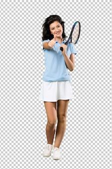 Een volledige lengte shot van een jonge tennisser vrouw met duimen omhoog omdat er iets goeds is gebeurd