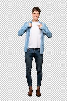 Een volledige lengte shot van een knappe jongeman met verrassing gezichtsuitdrukking