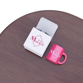 Eenvoudige mockup mok roze met doos