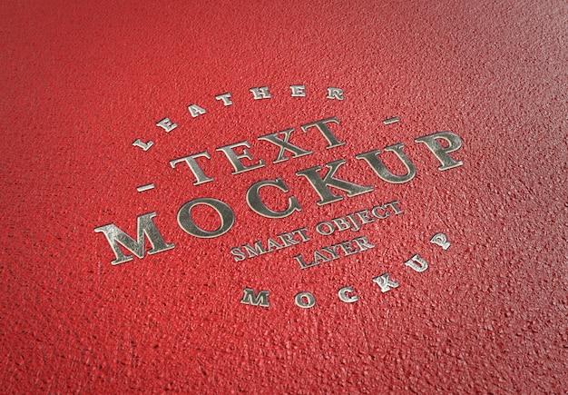 Efecto de texto plateado en relieve sobre maqueta de cuero rojo