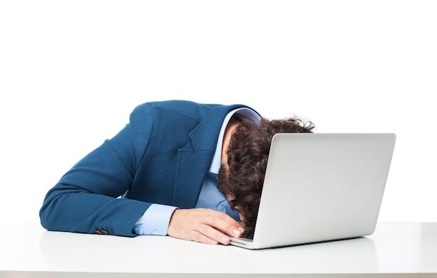 Ejecutivo durmiendo sobre su portátil