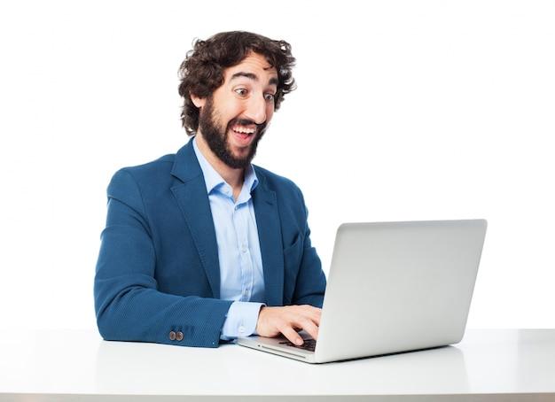 Ejecutivo positivo escribiendo un email