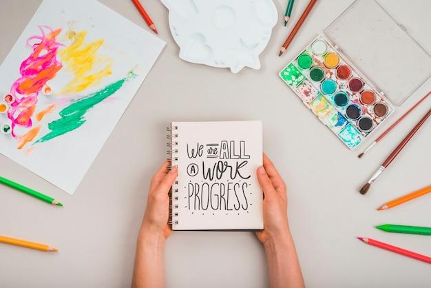 Elaboración de herramientas en la mesa para artista