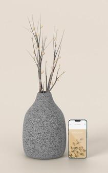 Elegant assortiment met mock-up smartphone en vaas