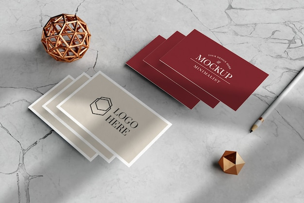 Elegant visitekaartje mockup in marmeren vloer