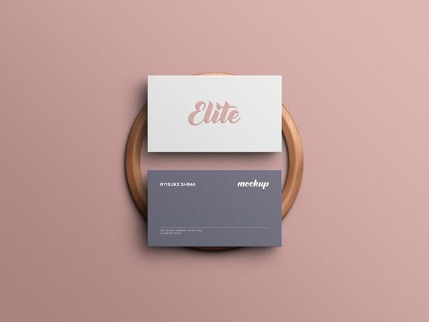 Elegant visitekaartjemodel met realistische 3d-rendering van hout en overdreven schaduw