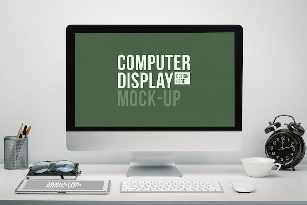 Elegante area di lavoro con display del computer a schermo vuoto e tablet per mockup sulla scrivania