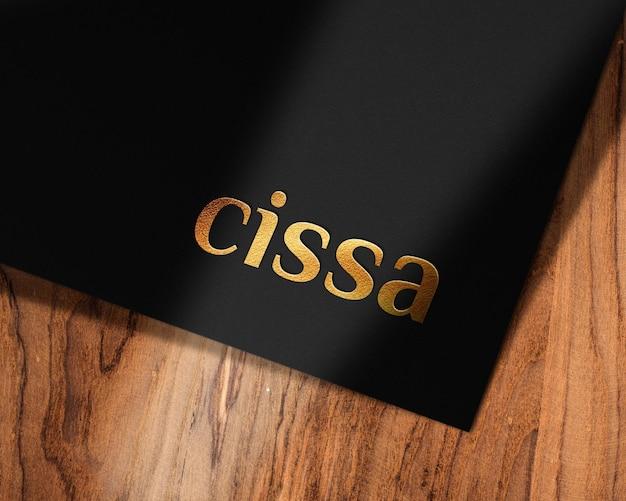 Elegante diseño de maqueta de logo dorado en papel texturizado