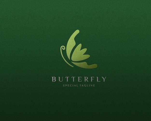 Elegante diseño de maqueta de logotipo plateado en tablero texturizado