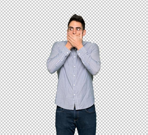 Elegante hombre con camisa que cubre la boca con las manos por decir algo inapropiado.