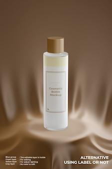 Elegante maqueta de botella de vidrio cosmético en el podio de seda