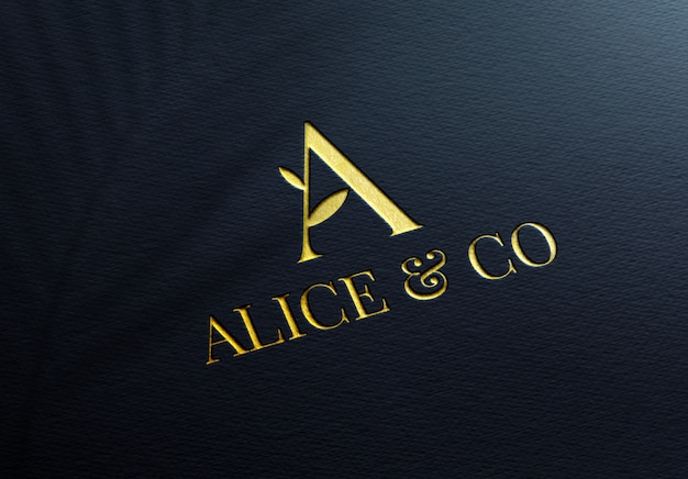 Elegante maqueta de logotipo dorado sobre papel azul