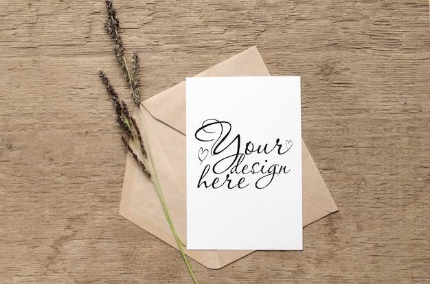 Elegante maqueta de tarjeta con hierbas