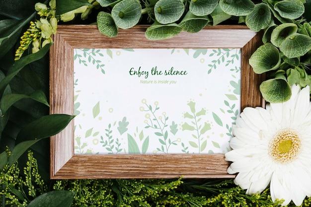 Elegante marco rodeado de plantas