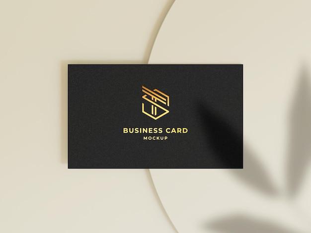 Elegante tarjeta de visita de vista superior con maqueta de logotipo en relieve