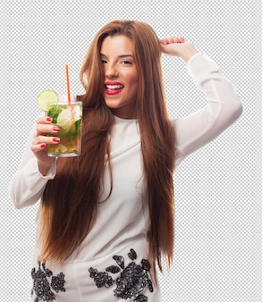 Elegante vrouw die een mojito drinkt