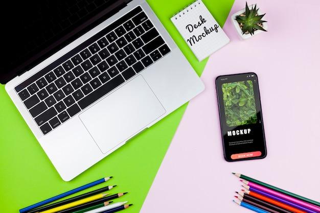 Elektronische apparaten op het bureau