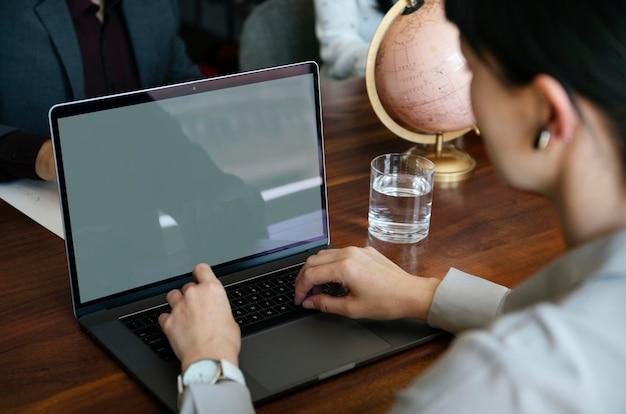 La empresaria usando una maqueta de portátil en una reunión