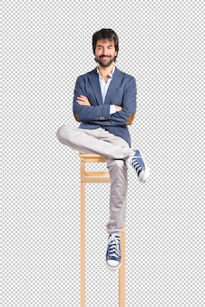 Empresario con los brazos cruzados sobre fondo blanco