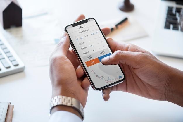 Empresario comprobando el mercado de valores en línea