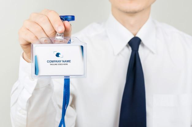 Empresario con maqueta de tarjeta de identificación
