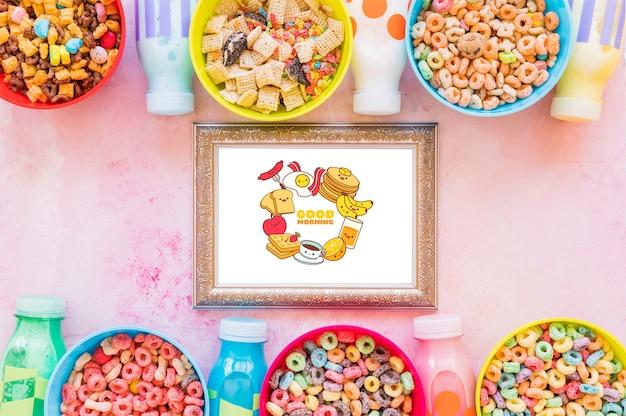 Endecha plana de cereales coloridos y marco sobre fondo liso