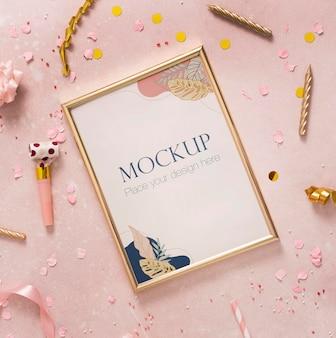 Endecha plana de elegante marco de cumpleaños con confeti y vela