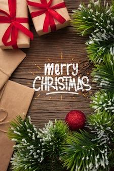Endecha plana feliz navidad y hojas de pino de navidad