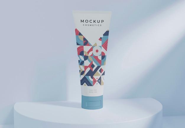 Envase de cosméticos en el pequeño escenario azul