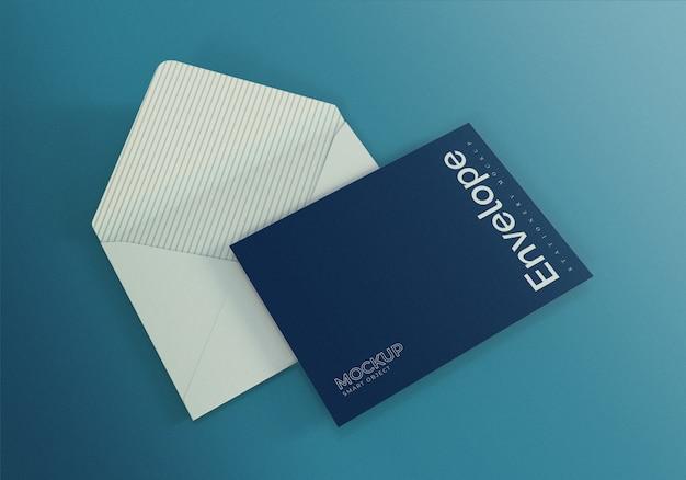 Envelop mockup ontwerpsjabloon met blauwe achtergrond