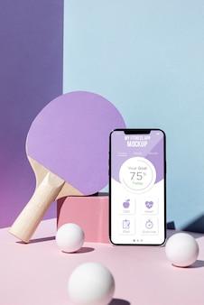 Equipo de ping pong y teléfono inteligente.