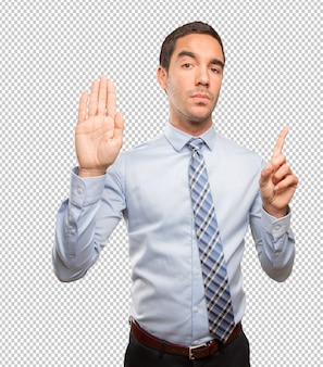 Ernstige jonge man doet een stop-gebaar