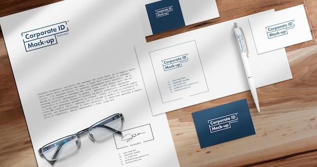 Escena de maqueta de papelería de identidad con objetos móviles