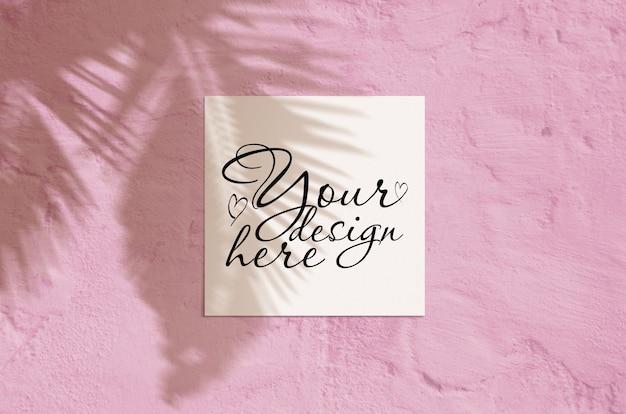 Escena de maqueta de papelería moderna luz del sol de verano. tarjeta de felicitación en blanco de vista superior plana con hoja de palma y superposición de sombra de ramas