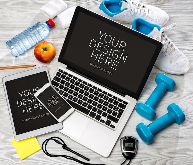 Escritorio deportivo de madera en alta definición con computadora portátil, tableta y móvil