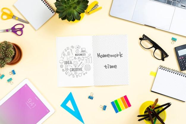 Escritorio con maqueta de herramientas de oficina