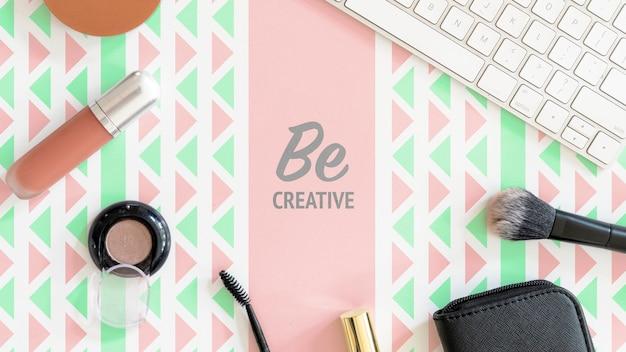 Escritorio con maqueta de productos de belleza femenina
