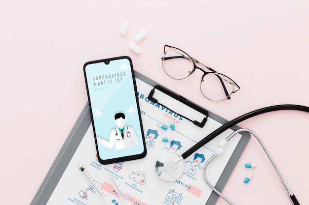 Escritorio médico plano con fondo rosa