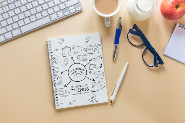 Escritorio de negocios con teclado, café y cuaderno