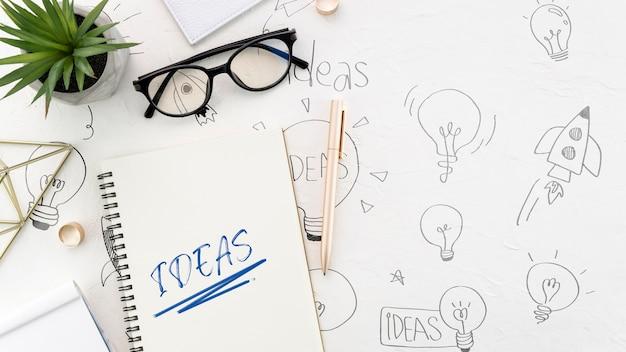 Escritorio de oficina con maqueta de cuaderno y anteojos
