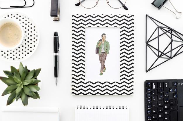 Escritorio de oficina con maqueta rectangular y café.
